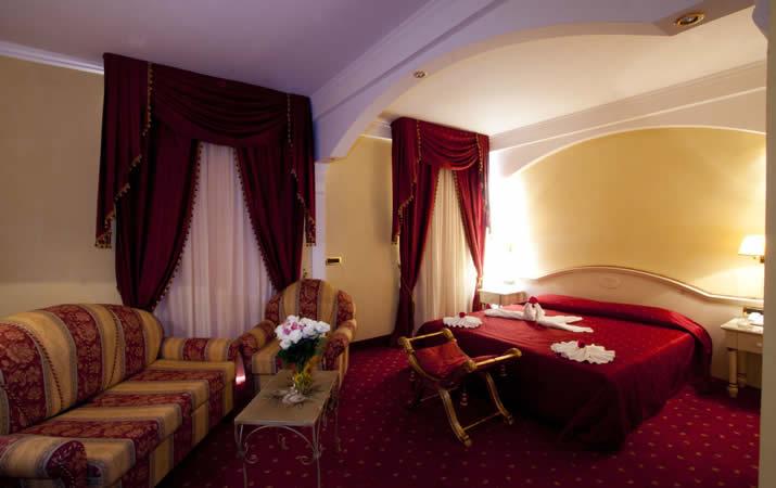 Camera matrimoniale con divanetti