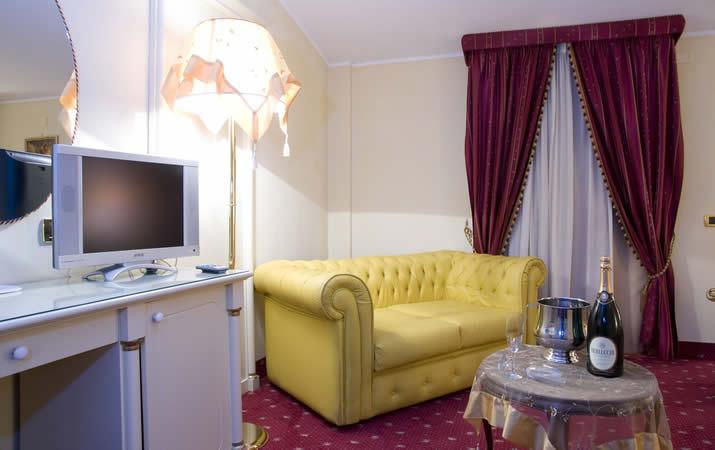 Divanetto e servizio in camera Junior Suite