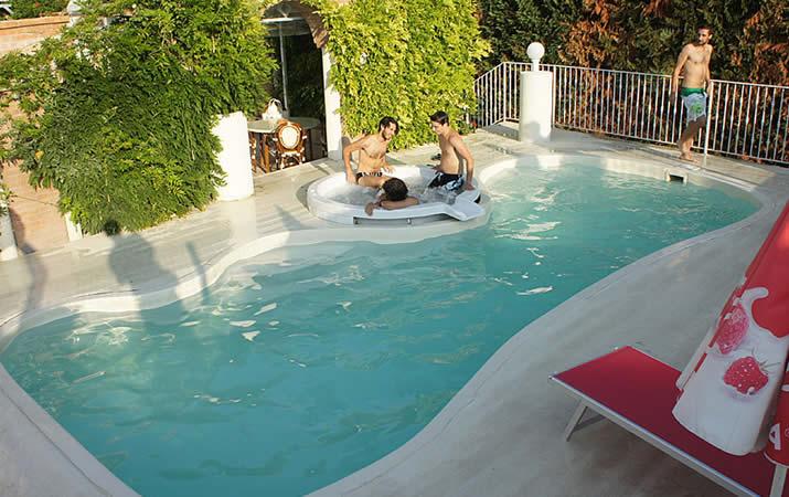 Idromassaggio esterno piscina