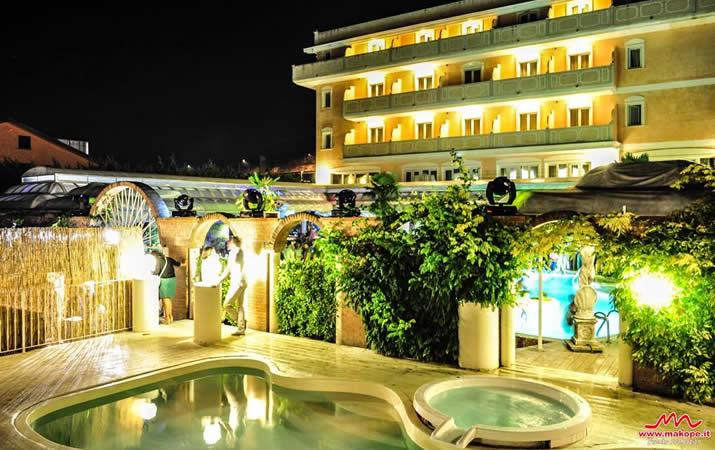 Piscina Grand Hotel Osman notturna