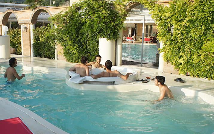 Relax e divertimento idromassaggio esterno piscina