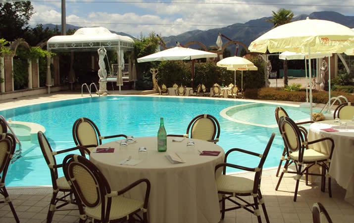 Tavoli a bordo piscina per pranzi e cene romantiche
