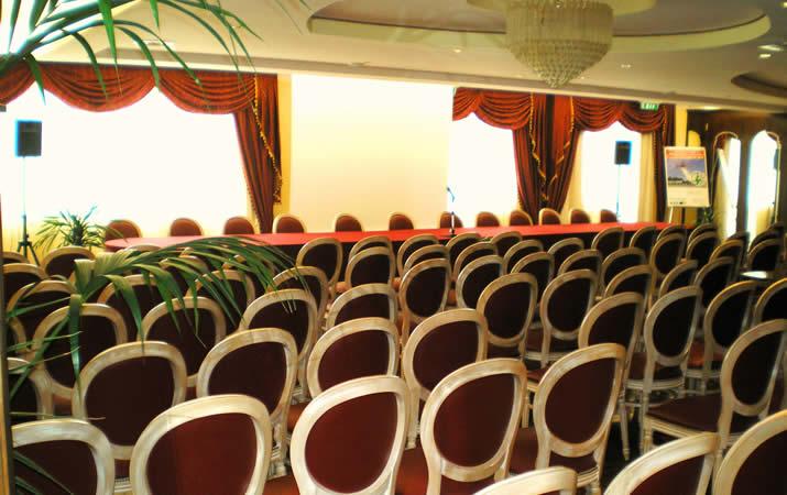 Sala congressi con disposizione tipo aula